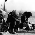 Flüchtlinge auf einem Parkplatz zwischen Saloniki und Idomeni